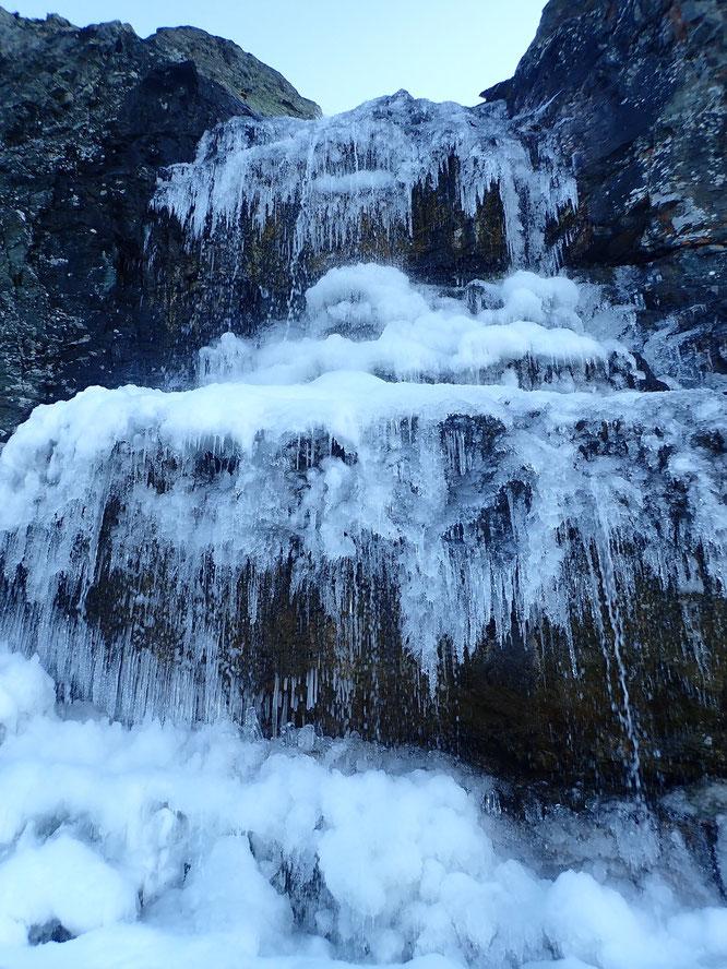 Hier, au-dessus du col de la Pra, du coté des prises d'eau (environ 2200m), les cascades commencent à geler. Merci Christophe Callant pour la photo.