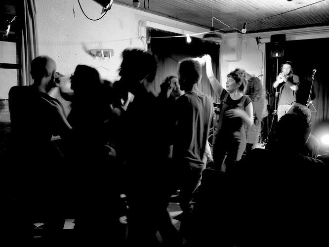 A la Gélinotte on a dansé presque tout le weekend. Dimanche vers 18h, c'était avec les Têtes de Mule. Merci c'était Top !