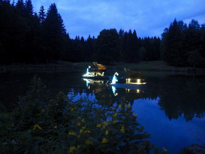 Hier à la tombée de la nuit le concert flottant classique et jazz s'est poursuivi sur le lac de Freydières. Des moments magiques. Merci piano du Lac. Nouveau concert ce mercredi soir !