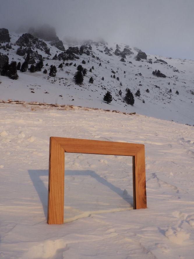 """Devoir d'école: """"vu de ma fenêtre"""". Du coup Leila et Valentine (de Freydières) sont montées vers le Grand Colon à ski de rando avec une fenêtre sur le sac à dos... Bien vu !"""