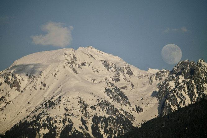 Lune, nuage, traces de skieurs de rando, c'était ce samedi sur la calotte du Grand Colon (2400m) et en face ouest (juste au-dessus de Freydières). Photo Ulric Thierry, grand merci