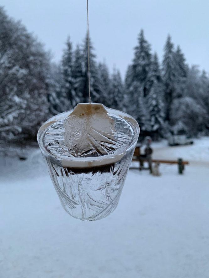 Nous n'étions pas habitué à ouvrir un bar extérieur à Freydières, au cœur de l'hiver. Beaucoup de boissons chaudes et... une glacée ! Il semble que le romarin n'ait pas bien eu le temps d'infuser. Merci Vava, Arno, Leila, tout le weekend derrière le bar !