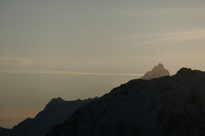 """Depuis les sommets de Belledonne, la Meije """"Reine de l'Oisans""""apparait au loin. Merci HDla Meije pour cette photo prise lundi dernier."""