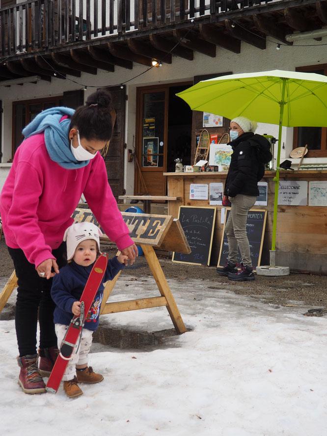 Elle marche à peine (depuis quelques semaines)... hier notre voisine de 13 mois a prit les petits skis de la Gélinotte et certainement par mimétisme de ce qu'elle observe ici tous les jours, elle a tenter de poser son pied sur les fixations... excellent !