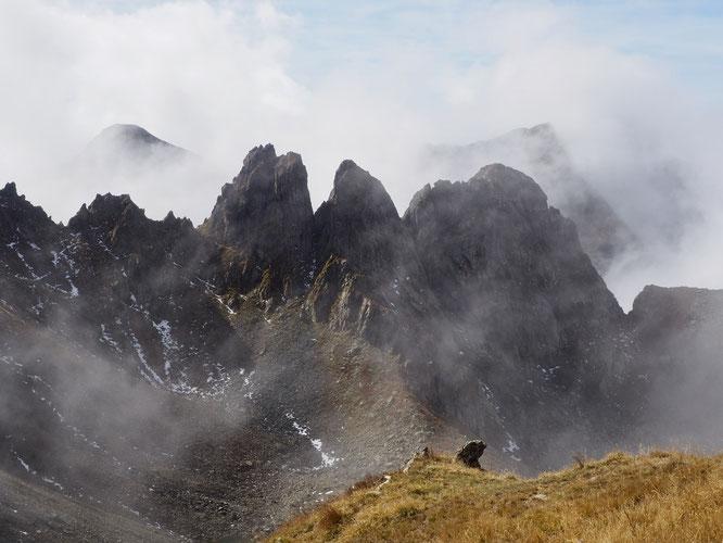 Hier midi vers 2400m, les Dents du Loup. En arrière plan dans les nuages, à gauche le Galleteau, à droite le Grand Colon
