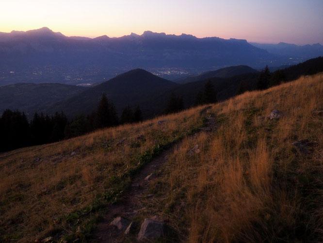 En Belledonne, balade à la tombée de la nuit du coté du Grand Colon, face à la Chartreuse et 1500m au-dessus de la vallée du Grésivaudan...