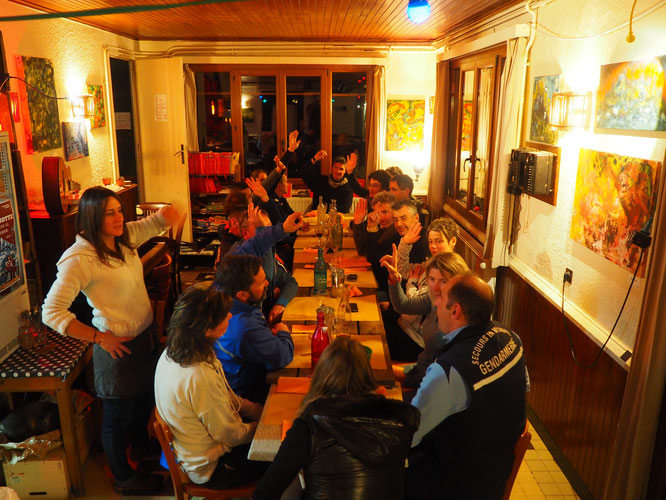 L'heure du dîner hier après des heures de travail à la Gélinotte. Sujet : le secours aux avalanchés. Merci à vous !