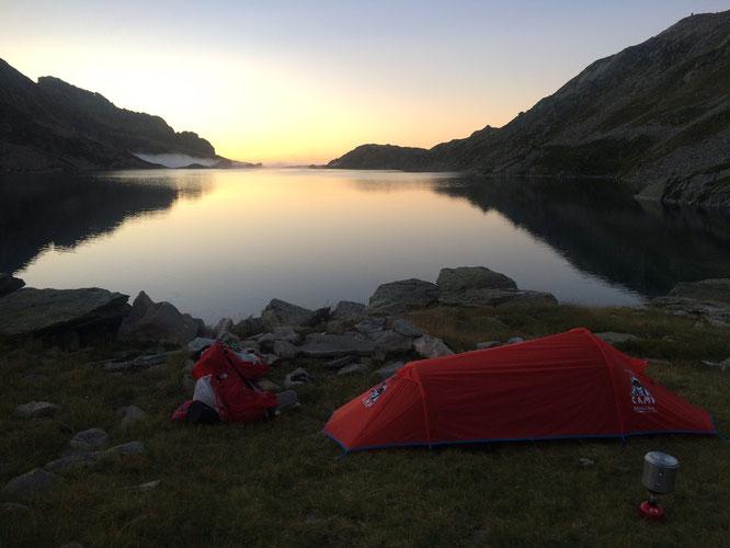 """En Belledonne, sur le GR 738, début septembre. Bivouac du coté des lacs des Sept Laux : """"un Voyage au bout du monde..."""". Photo Nathalie. Merci !"""