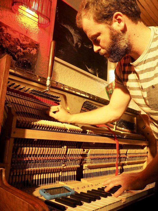 Il a remplacé notre quart de queue, le nouveau piano droit de la Gélinotte est arrivé à Freydières ! Et c'est Timothé, accordeur professionnel, qui nous l'a installé. Merci à toi !
