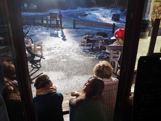 Pour les concerts de la Gélinotte il y a du monde, les repas du weekend sont également assez fréquentés mais en décembre en semaine alors là c'est le grand calme à Freydières. L'équipe de la Géli en profite. Les lumières sont magifiques ! (photo Frédi).