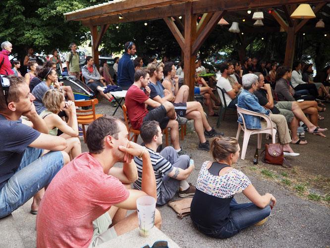"""Public très attentionné pendant la présentation de """"Mort d'une montagne"""" par la Cie des Non Alignés. C'était hier à la Gélinotte devant près de 100 spectateurs !"""