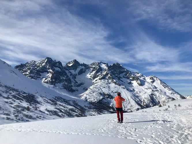 """Nous sommes à 2000m au col du Lautaret, 2000m plus haut au-dessus du Glacier de l'Homme, la Meije ! Un peu d'émotion de retrouver ce haut massif de l'Oisans.... C'était hier, pour une émission sur """"les hommes et la montagne"""". Photo Lucie Robert France 3."""