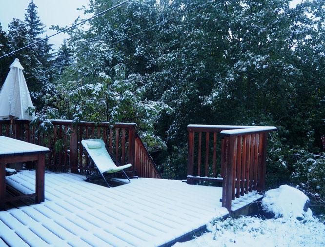 Parasol et chaise longue sont encore dehors... De la chaleur estivale à la neige sans transition ! Freydières ce matin à 7h30 (1150m)...