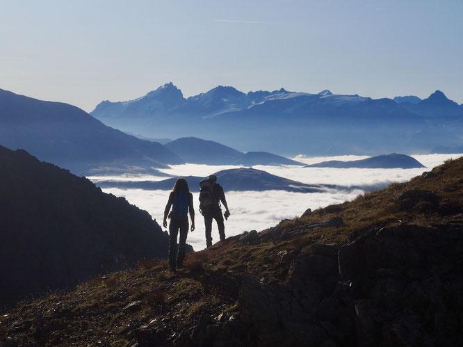 Hier matin en arrivant au Col de la Grande Vaudaine (Est Belledonne à 2428m au départ de Freydières). Les nuages couvrent les vallées de l'Oisans. Au dessus la Meije et le Râteau, magnifiques. A leurs pieds les glaciers de l'Oisans paraissent bien gris...