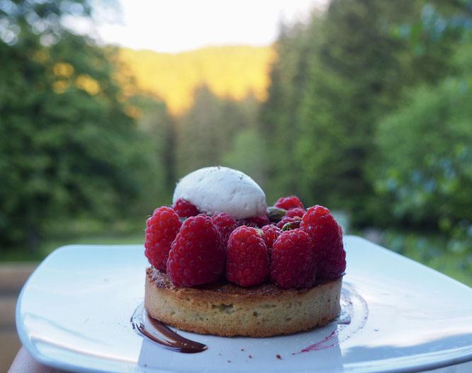 Les framboises sont de Revel. Merci à Florian maraîcher bio. La préparation avec une tarte à la pistache et à la chantilly vanille 100% maison est de Tim, le pâtissier de la Gélinotte. Merci à eux !