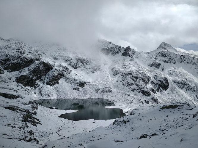 Le weekend dernier la neige s'est invitée en Belledonne. Ici au lac de la Corne vers 1100m du coté des 7 Laux. Merci Jean Pierre Dibona pour la photo
