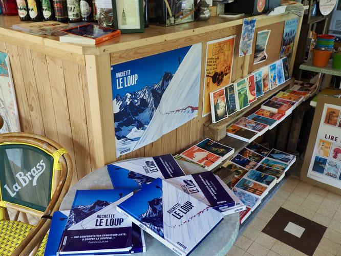 """""""Le Loup"""" est en bonne place juste à coté du bar de la Gélinotte avec notre petit coin librairie..."""