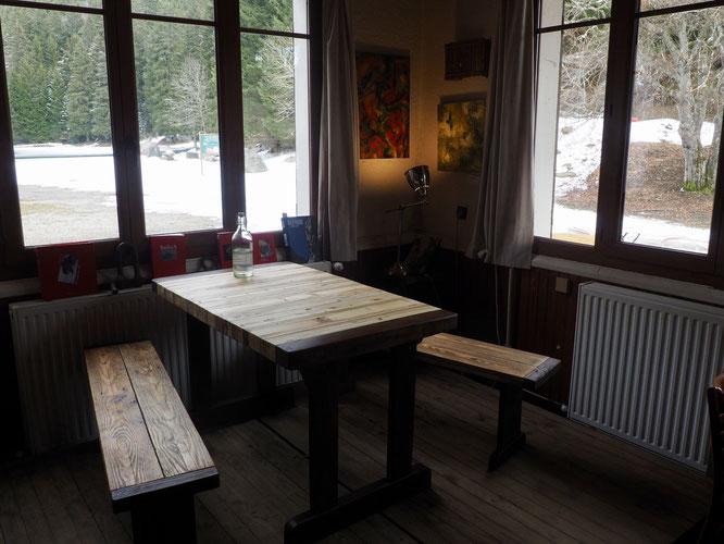 """Du très beau travail ! Superbe table et bancs totalement en bois de """"récup""""."""