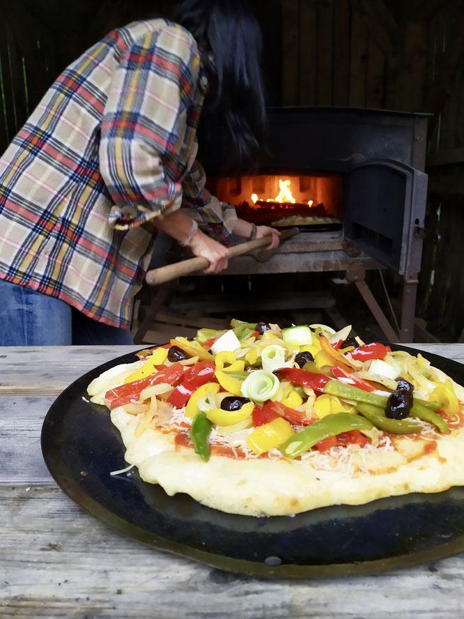Vous préférez la Freydières, la Quatre fromages, la Revéloise ou la pizza Végé ?. Toutes au feu de bois, toutes bio, toutes réalisées en association avec le petits producteurs locaux de Belledonne !