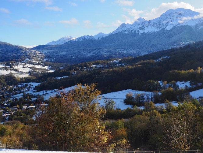 Au pied des montagnes de Belledonne, Freydières est situé à 1150m, dans la forêt saupoudrée de blanc (au fond) juste en limite de l'ombre et du soleil. Vue depuis le Pinay d'Uriage.