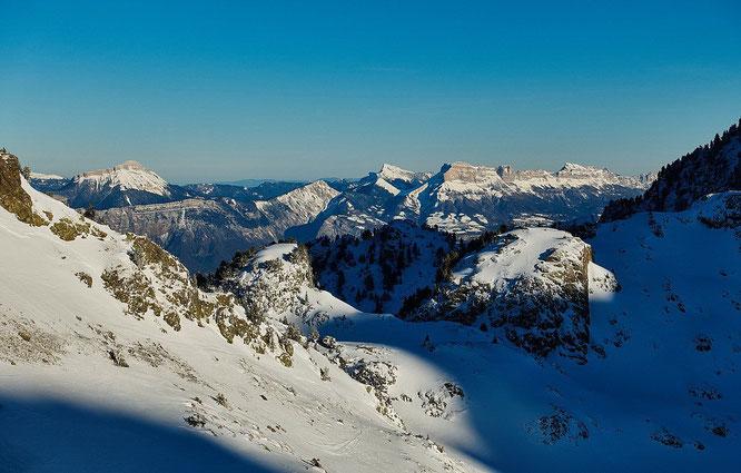 En face, la Chartreuse vue depuis les montagnes de Belledonne. Merci JulBont pour la photo (de vendredi).