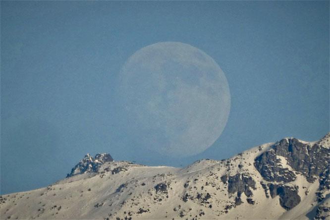 Quand la lune a rendez vous avec Belledonne. C'était hier en fin de journée. Photo Rèponse des Hauteurs, merci !
