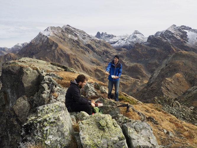 C'était vendredi midi au sommet du Grand Colon. Ce matin au même endroit il doit y avoir au moins 20cm de neige. Le weekend prochain ce sera peut-êter pas loin d'un mètre. (au fond le Gd Pic de Belldonne et le Grand Doménon).