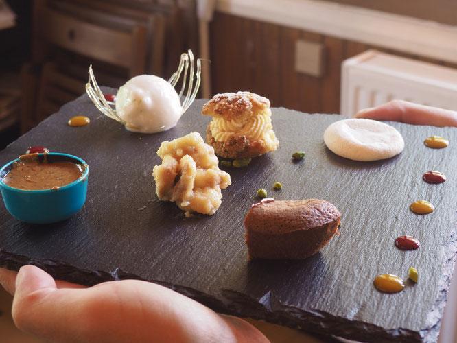 En patisserie à la Gélinotte, il n'y a aucun produits industriels. Tout est intégralement fait maison par Tim notre cuisinier pâtissier. Hier l'assortiment de desserts (ou café gourmand) avait cette présentation.  Du plaisir pour toutes et tous...