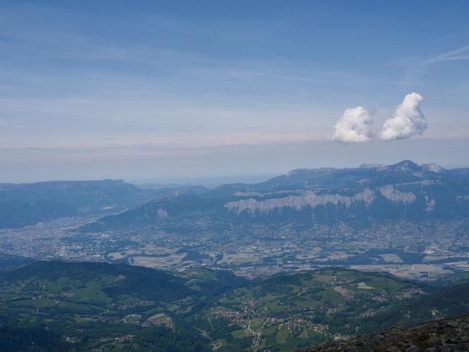 Grenoble, la vallée du Grésivaudan et la Chartreuse sous ses deux nuages ! Hier midi depuis le Grand Colon (2400m).