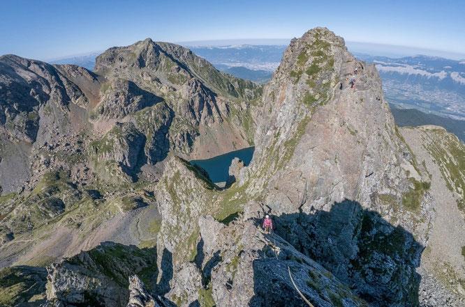Quelque part dans la Traversée des Dents du Loup vers 2400m au dessus du Lac du Crozet. Avec la vallée de Grenoble au fond. Photo Lionel Tassan. Merci à toi.