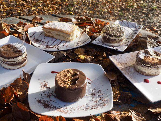 Hier par une belle journée d'automne c'était stage de pâtisserie à la Gélinotte avec Tim notre cuisinier. Désolé nous avons dû gouter et ce matin il ne reste plus rien. Rendez vous à la prochaine journée de stage pâtisserie, en novembre  à la Géli !