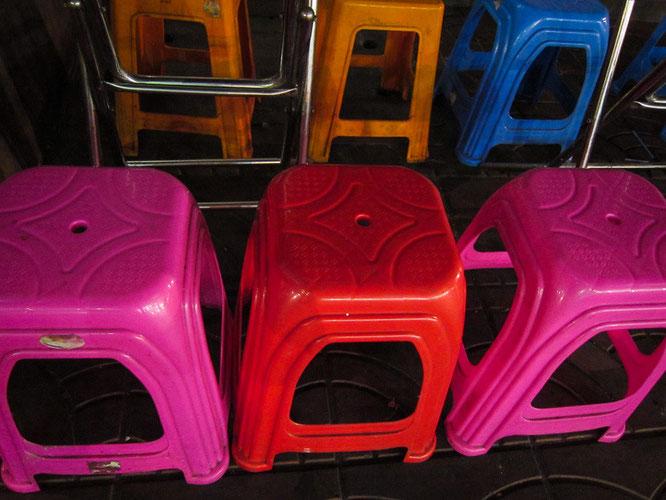 diese farben...plastikstühle an der yaowarat in bangkoks chinatown