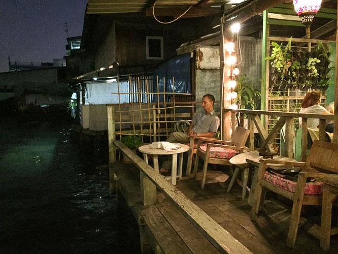 Terasse über dem Wasser des Chao Praya