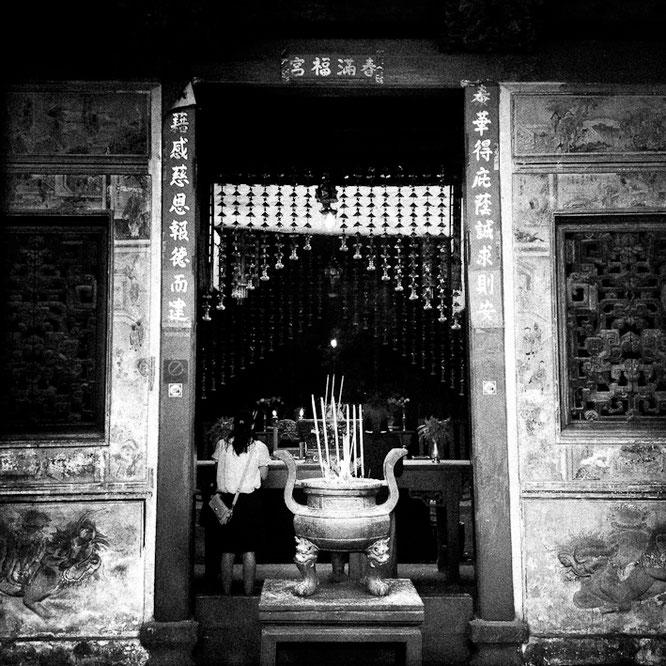 LEIDER IST DER NAME DIESES SCHÖNEN CHINESISCHEN TEMPELS DIREKT AM WASSER NICHT RAUSZUKRIEGEN