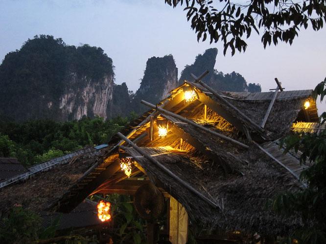 DER BLICK VOM HOTEL MORNING MIST AUF DEN NAHEGELEGENEN KHAO SOK NATIONAL PARK