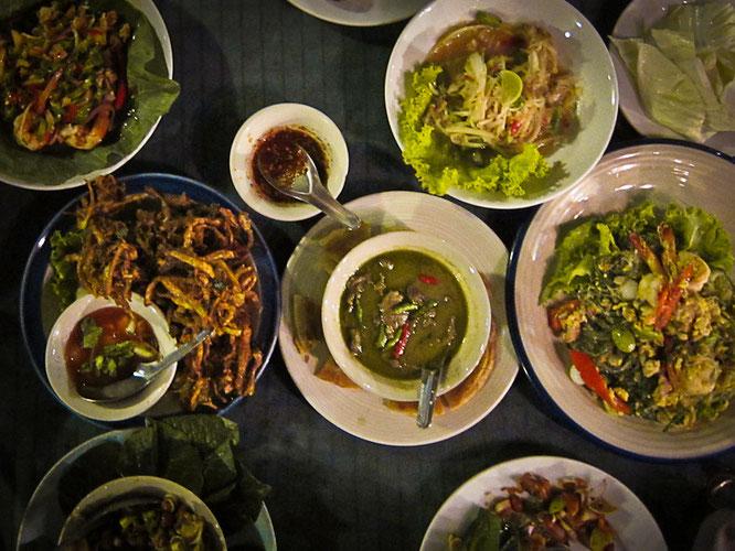 tisch voller thaifood