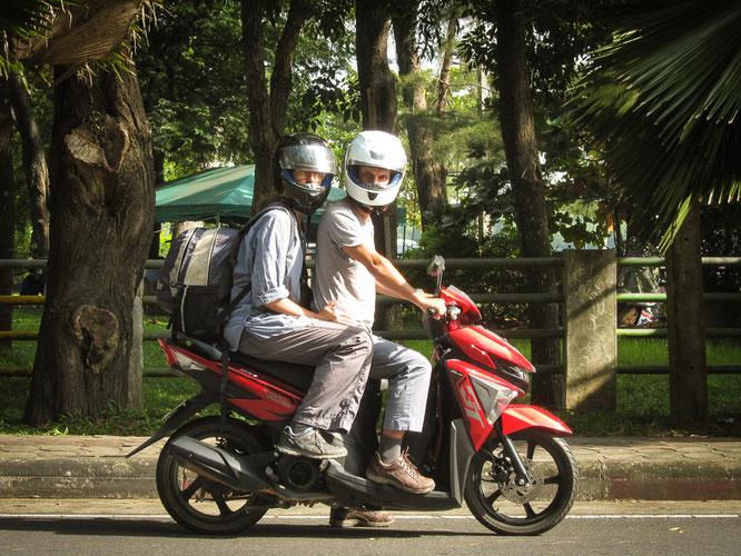 Der Reisegefährte und ich, abfahrbereit in Krabi