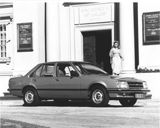 Pressefoto des Chevrolet Commodore vor der King George VI Art Gallery in Port Elizabeth, den Produtionsstandort von GM in Südafrika. In 2002 wurde die Gallery umbenannt in Nelson Mandela Metropolitan Art Museum.