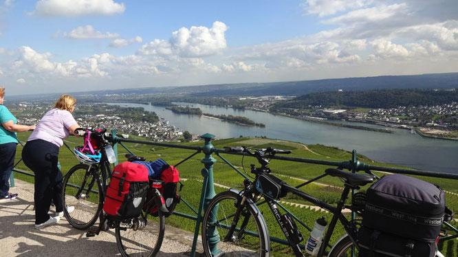 Blick vom Niederwald-Denkmal bei Rüdesheim auf das Mittelrheintal