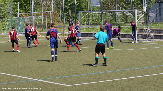 Die Pfedelbacher Spieler können dem Ball nur noch ungläubig hinterherschauen