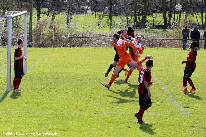 Andre Burkert gegen 2 souverän in der Luft