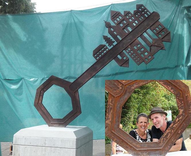 """Im Austausch dazu, stellt die israelische Eisenbildhauerin Orna Ben-Ami, Ihre Skulptur """"A Key to Friendship"""" auf dem Ganey Tikva Platz in Bergisch Gladbach auf. Ihr Schlüssel zeigt zwei Bärte,  dessen Silhouetten die beiden Städte und ihre Verbundenheit s"""
