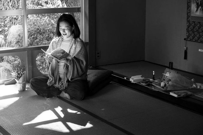 朗読をするWakakoさん(写真撮影:矢郷 桃)