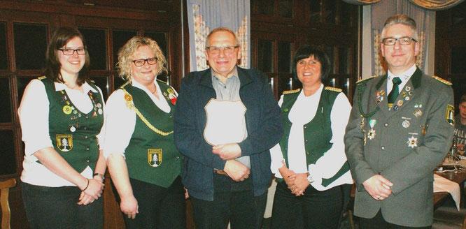 Für besondere Verdienste im Verein wurde Hans Fastert (Mitte) zum Ehrenvorstand ernannt. Foto: Jäger