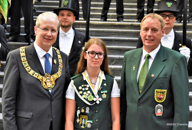 Hannovers Oberbürgermeister Stefan Schostock (l.) und Wilfried Ritzke gratulieren Beke Sommerfeld zum Titel.  (Foto NSSV E. Frerichs)