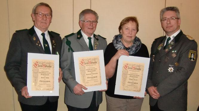 Vorsitzender Glyschewski (r.) ernannte Helmut Söhl, Helmuth Tiedemann und Angela Reyelt zu Ehrenmitgliedern (v.l.). Foto: Jäger
