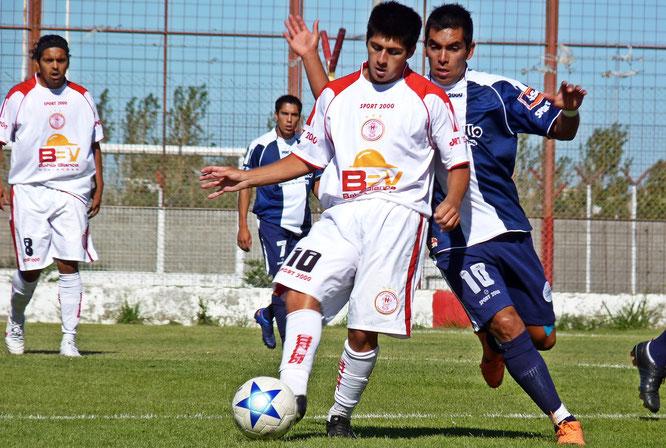 """Empate en el Torneo Argentino """"B"""" 2012/13. En la foto, Jorge Aynol disputa el balón con Matías Galvaliz."""