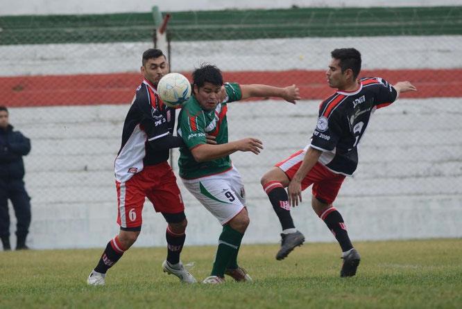Federico Gómez enfrentando a Racing de Trelew por el Torneo Federal B.