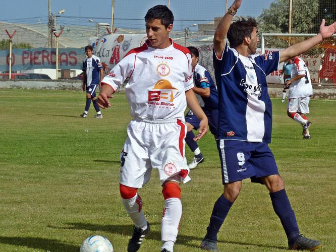 Victoria de Huracán. Barrera domina la pelota ante a protesta de Esteban Bonarrigo.