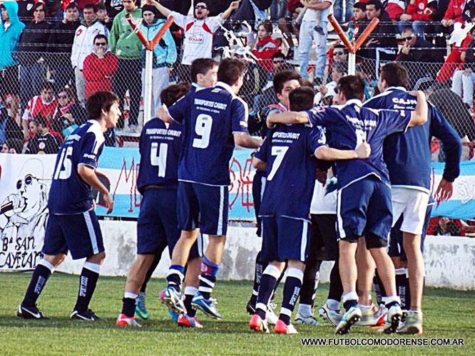 En rodeo ajeno. El plantel de Jorge Newbery festeja en campo rival. Foto: fútbolcomodorense.com.ar